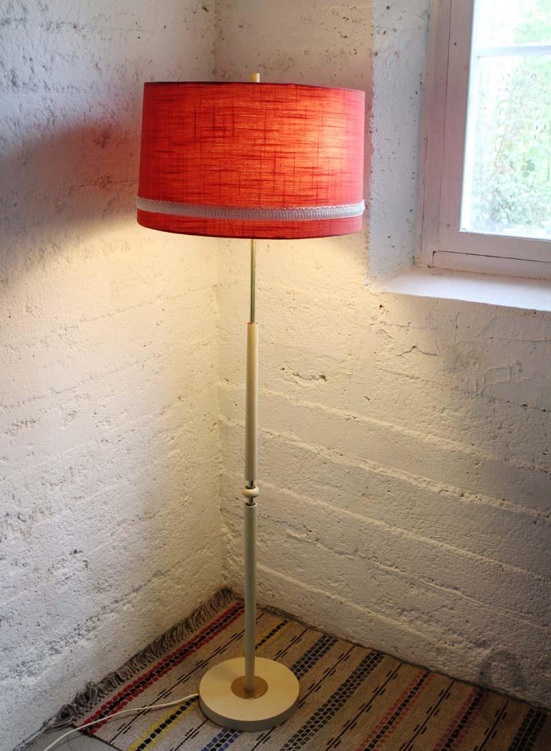 Super Vintage Zweedse vloerlamp, crème geschilderde houten voet met UP-24