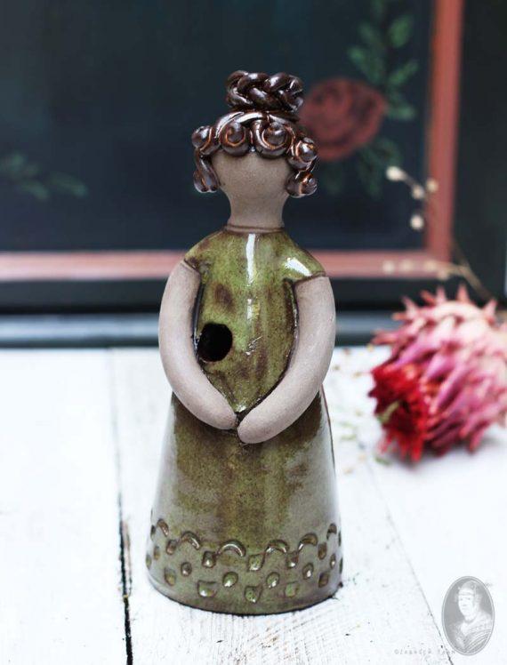 vintage vaasje vrouwfiguur elbogen gele jurk knot 1