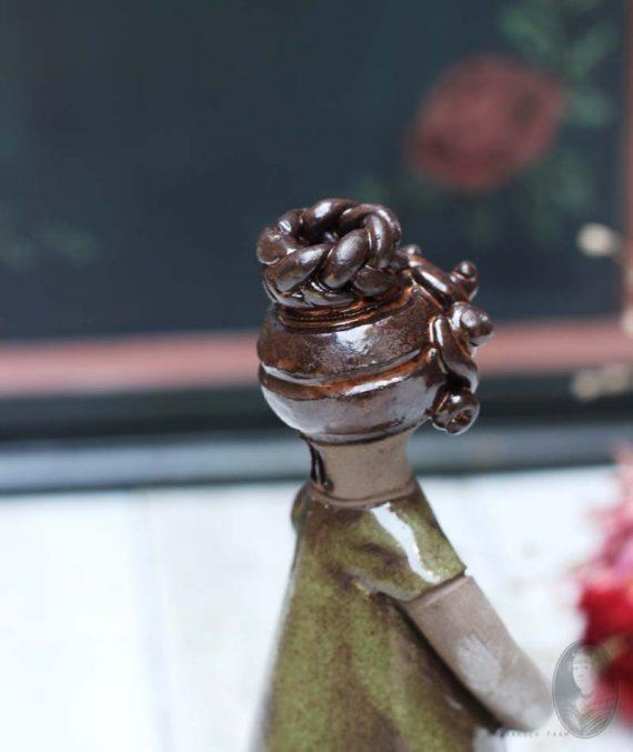 vintage vaasje vrouwfiguur elbogen gele jurk knot