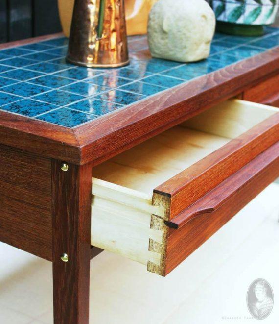 vintage teak ladenkastje deens met tiled top turqoise detail