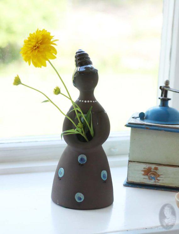 vintage droogbloemenvrouwtje donkere klei met stippen